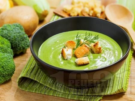 Диетична крем супа от замразен грах и броколи - снимка на рецептата